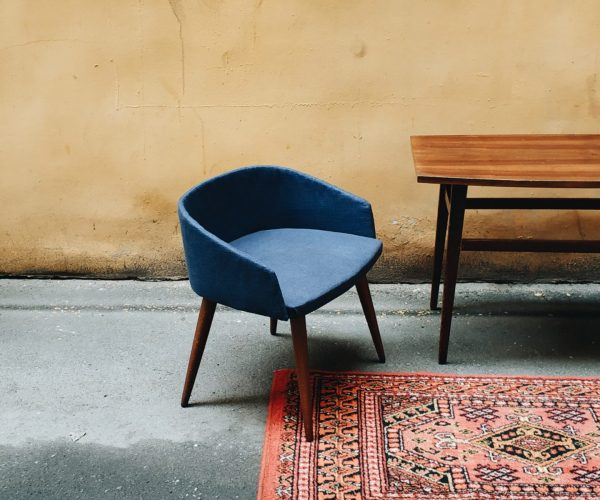 https://www.tappetipersianiarezzo.it/wp-content/uploads/2020/05/a-blue-chair-and-wooden-table-in-a-room-3603994-scaled-600x500.jpg